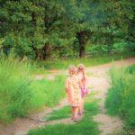 dziewczynki na spacerze